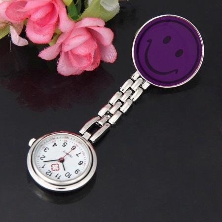 Ura za medicinske sestre z zaponko 'smejko'