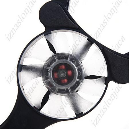 Hladilnik za prenosnike z dvema ventilatorjema