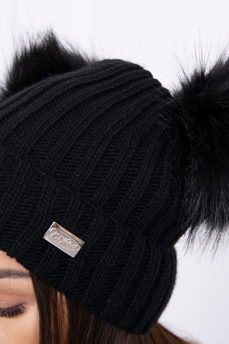 Ženska kapa z dvema cofoma